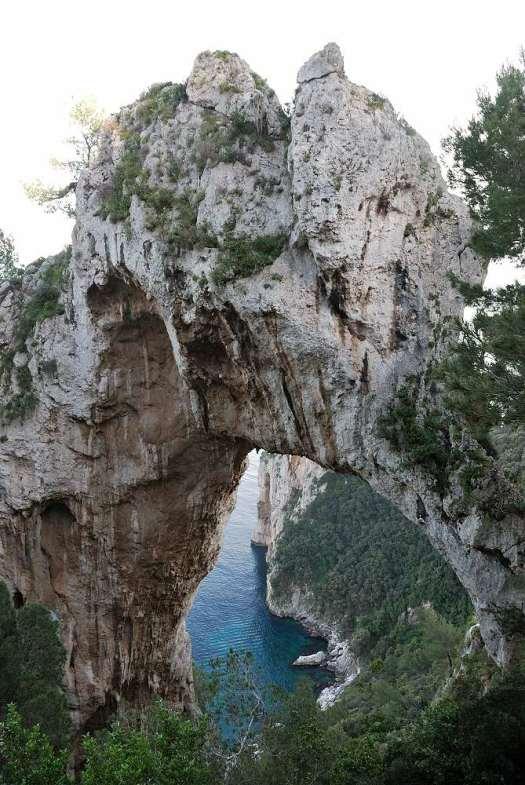 Capri walking itinerary - the natural arch