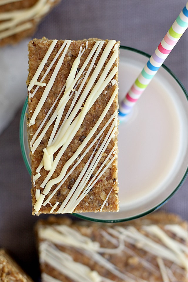Delicious and chewy no bake homemade granola bars. Simple healthy ingredients and takes 5 minutes to make! | Delightful Mom Food