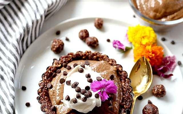 Chocolate Chia Pudding Pie Tarts (Raw & Vegan)