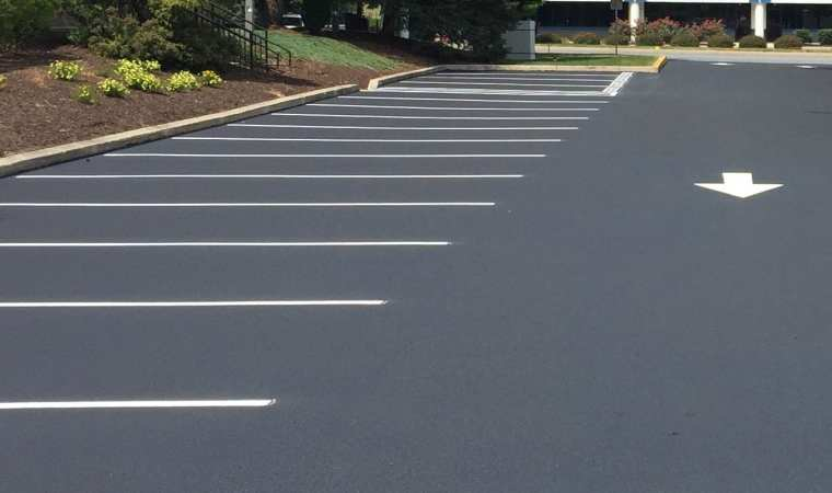 Car park new lines by airless sprayer