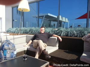sunny day on the SkyDeck Atlanta ATL airport F concorse Mileage Run Delta Points travel blog rene MKE to LAX (2)