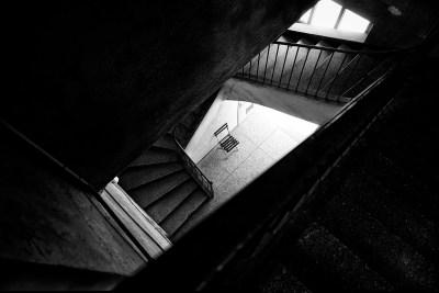 sedia tra le scale