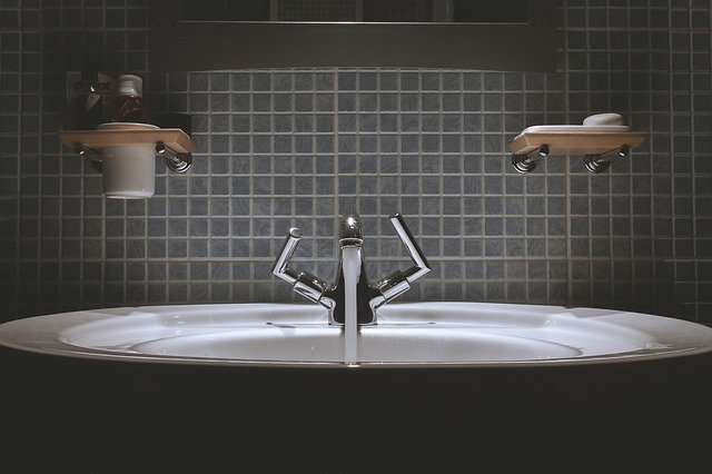 This image has an empty alt attribute; its file name is bathroom-690774_640.jpg