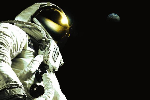 Magnificent Desolation: Walking on the Moon (2005)