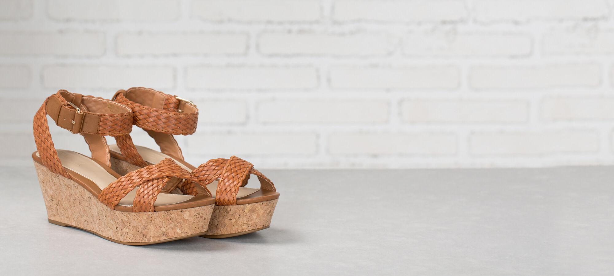 Sandalia de plataforma de corcho, de pulsera con cierre de hebilla, con tiras cruzadas en la parte delantera. Springfield.