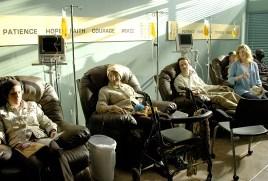 Aunque al principio Walt no quiere, su familia le convence para someterse a la quimioterapia
