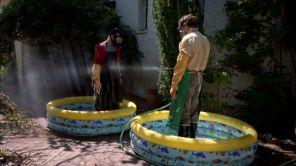 Jesse y Walt se limpian después de deshacerse de los restos de sus primeros enemigos