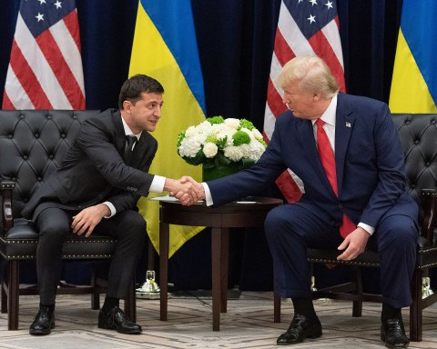 Donald Trump shaking hands with Volodymyr Zekensky