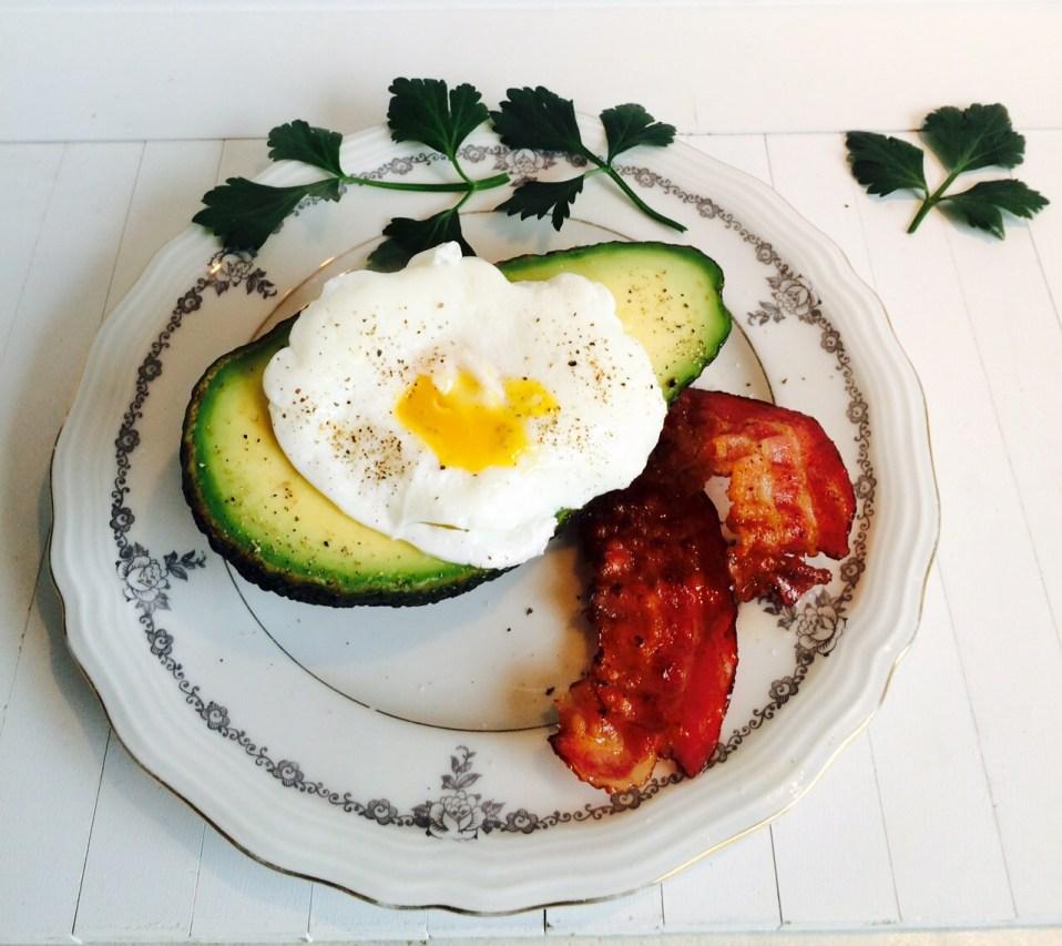 superfood ontbijt: avocado met gepocheerd ei