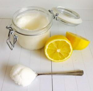 opwekkende en verzorgende voetenscrub met citroen