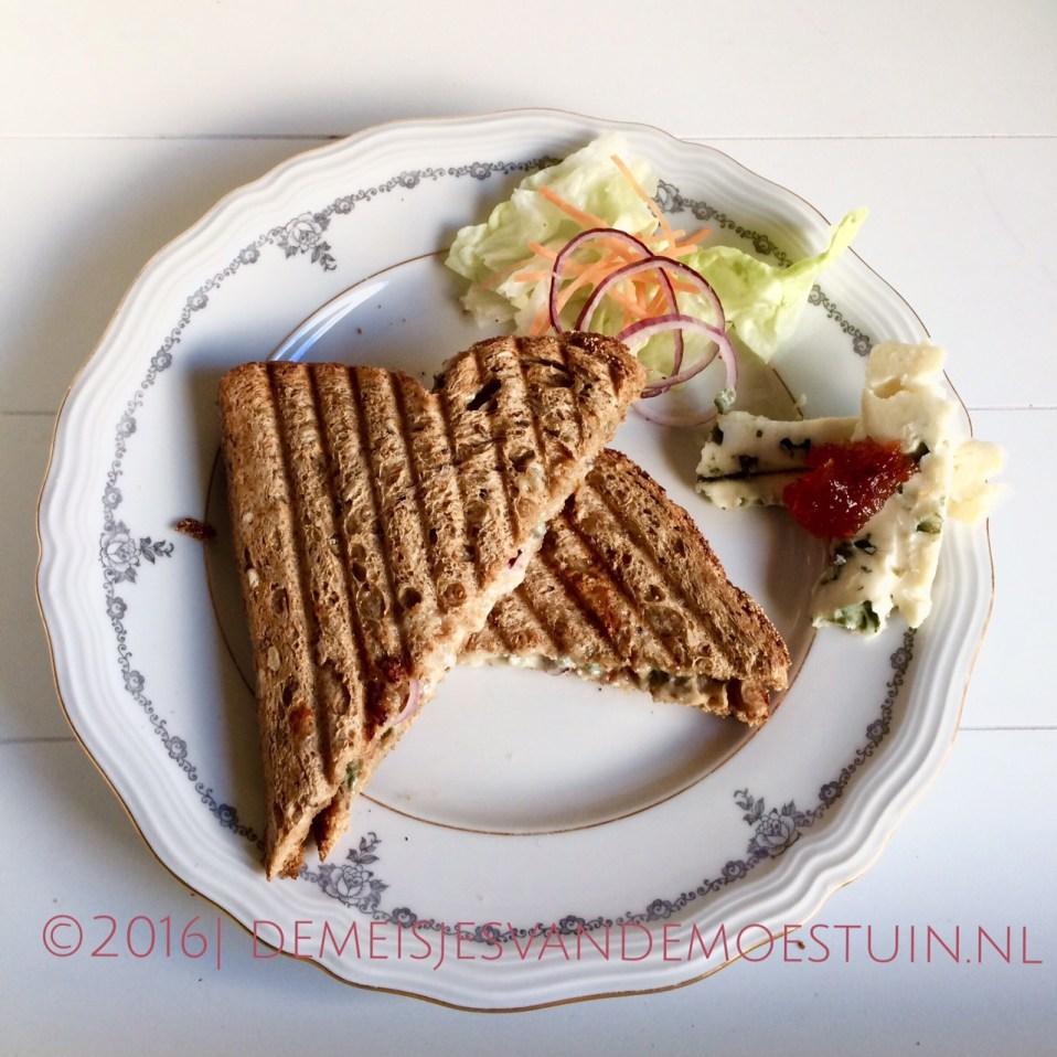 tosti met rode ui, roquefort en kweepeergelei