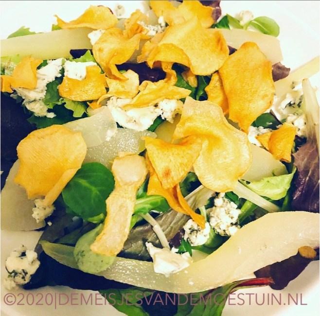salade met blauwe kaas en chips van aardpeer