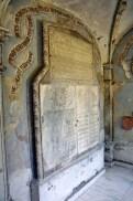 Pietre de mormânt şi pisanii, într-un fel de muzeu al familiei
