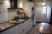 Une cuisine pleine d'instruments