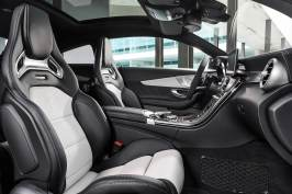 Mercedes-AMG C 63 S Coupé (C 205) 2015; Interieur: Leder kristallgrau/schwarz, AMG Performance Sitze für Fahrer und Beifahrer mit stärker konturierter Sitzform für gesteigerten Seitenhalt, integrierten Kopfstützen und AMG Plakette in den Sitzlehnen, AMG Zierteile Carbon/Aluminium mit Längsschliff hell interior: leather crystal grey/black, AMG Performance seats More pronounced contouring of front seats for enhanced lateral support, integral head restraints and AMG badge in seat backrests, AMG carbon-fibre/light longitudinal-grain aluminum trim