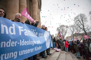 Hunderte rosa und blaue Luftballon steigen vor dem Staatstheater in den Stuttgarter Himmel.