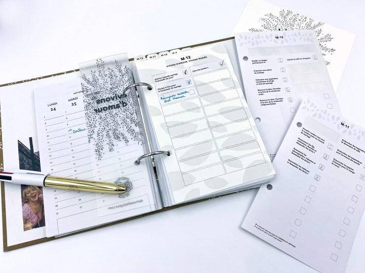 Notre agenda champêtre ouvert sur le retro-planning du mois M-12. Il y a des adhésifs pour s'organiser. C'est une exemple de l'utilisation !