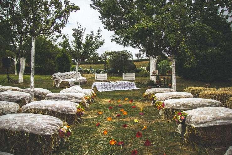 exemple de ferme pour célébrer un mariage ! Les sièges sont sur des bottes de foin