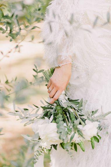 bouquet de fleurs avec des roses et des feuilles d'olivier.