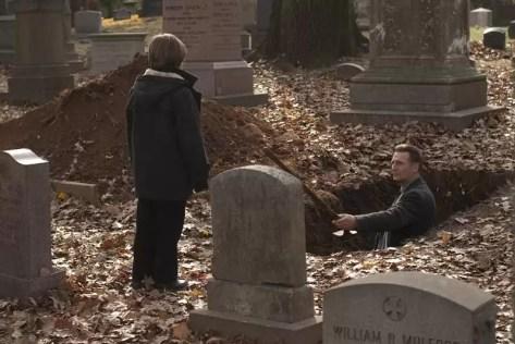 Jack (Chandler Canterbury) kijkt naar gravende Eliot Deacon (Liam Neeson) - After.Life