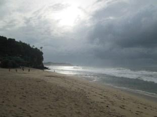 Keindahan pantai sepanjang di pagi hari