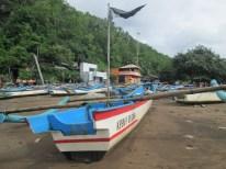 Perahu yang di parkir di tepi pantai