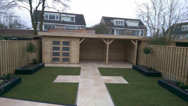 Moderne tuin met Keramiek terras tuinhuis met veranda
