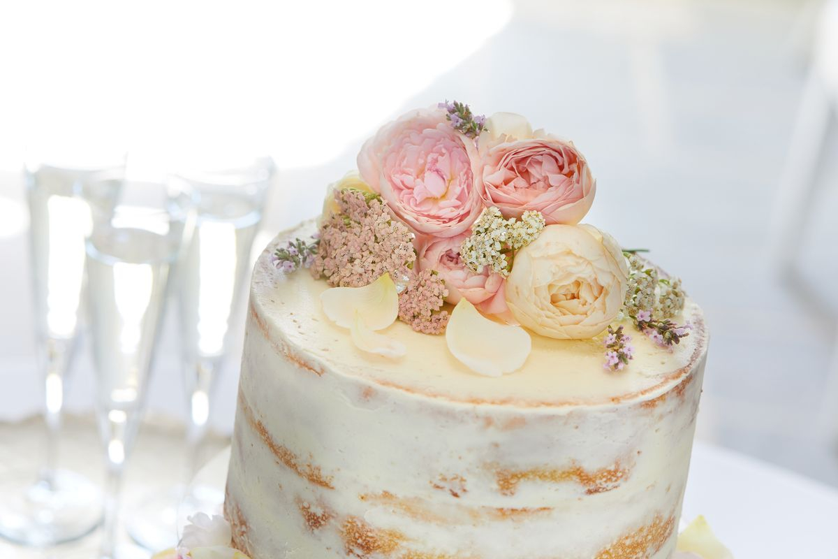 Wedding Cake Decoration How To Decorate A Wedding Cake With Edible Flowers Interflora