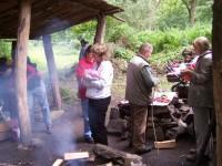 opékání buřtů je holt tradice, Katka nedrží bochník chleba, ale mimčo:-)
