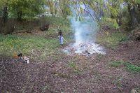 Pohled př™es rybníček po vyčiřtění, Pavel kontroluje oheň