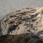 výbrus s krystaly turmalínu