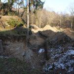 pěšina vede pod skálou v místě bývalé zahrady