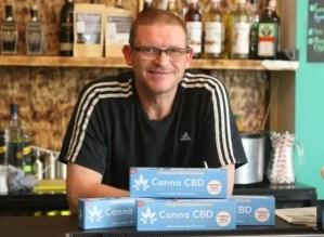 En britisk dykker som deltok i en heroisk og mirakuløs thailandsk grotteutredning, har åpnet verdens første cannabisolje hotell.