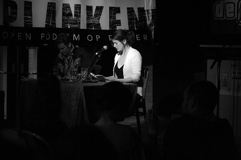 Wiegertje Postma leest voor uit Vijf Strippen.