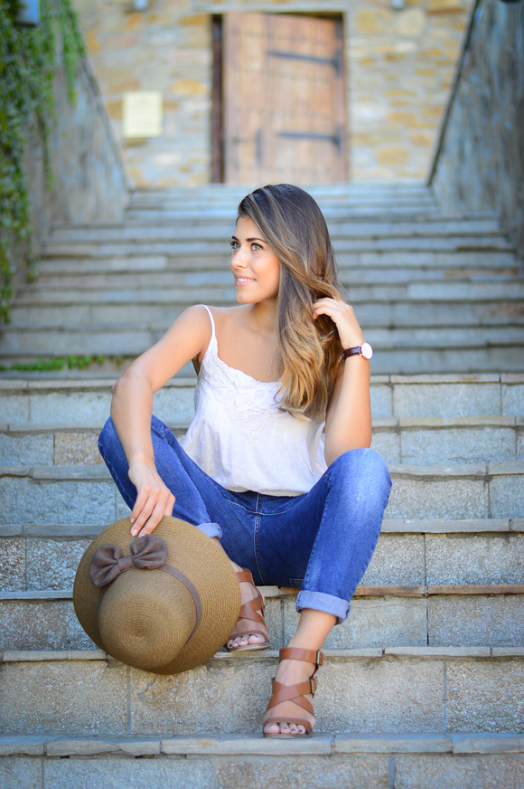 Bulgarian fashion blogger Denina Martin wearing boyfriend jeans, crochet came top and a straw hat