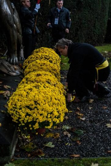 Une Gerbe de fleur au monument aux morts
