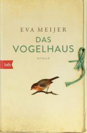 Cover des Buches Das Vogelhaus zeigt im untern Bildteil ein gemaltes Rotkehlchen auf einem Holzast sitzend, darüber Autorinname und Buchtitel in braunen respektive grünen Buchstaben. Rechts am Rand ein Stoffband zum Zubinden des Buches, so dass es wie ein Tagebuch aussieht. Die Hintergrundfarbe ist hellbeige-weiß.