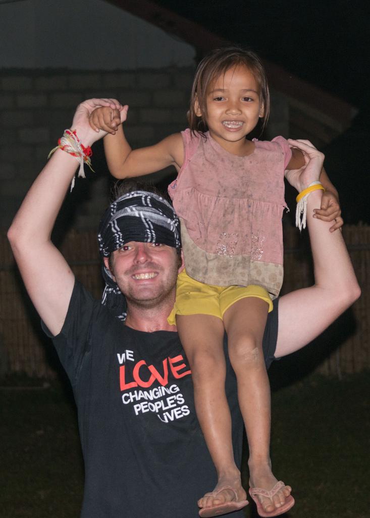 Onze tourleider Shane zag een meisje dat te verlegen was om te dansen en haar op zijn schouder te zetten.