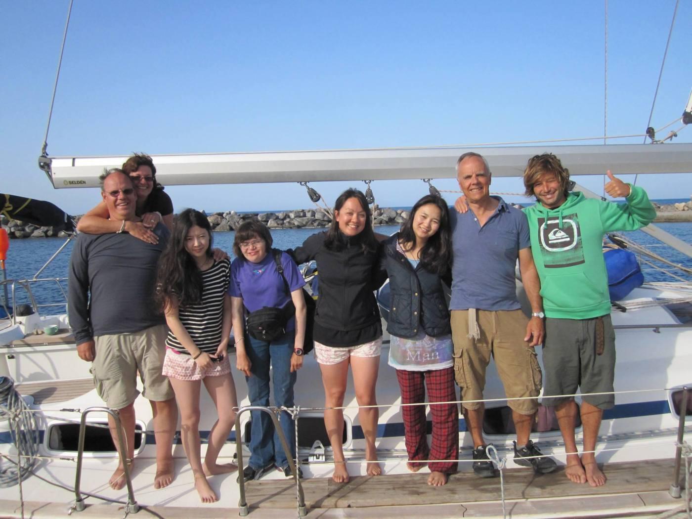 De bemanning van het Griekenland zeil avontuur: Karel, Denise, Tina, Andrea, Row, Xin, Paul, en schipper Andre.