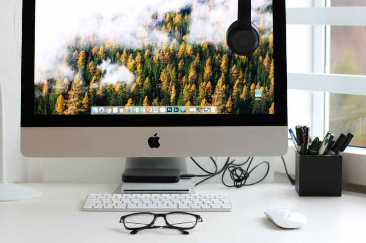 turned on silver imac with might mouse and keyboard
