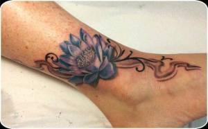 fiore sulla caviglia tattoo