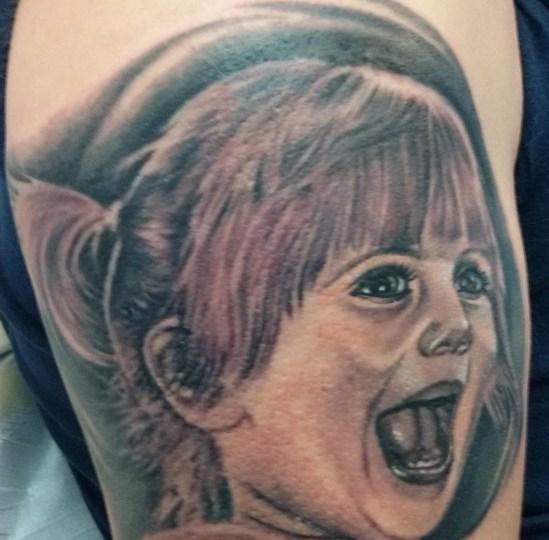 tatuaggio ritratto bambina