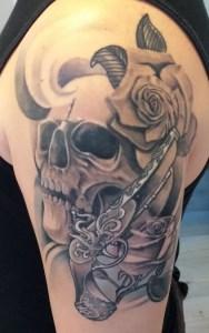 tatuaggio teschio e rosa