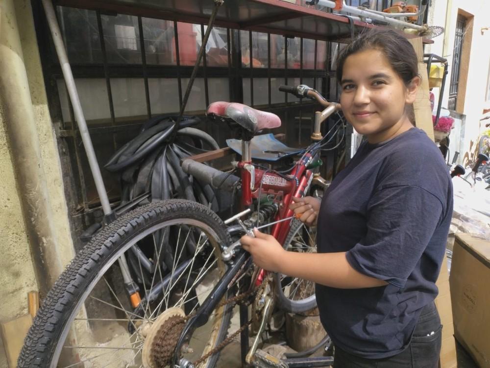 Bisiklet tamir ederek sınava hazırlanan genç kız, mühendislik hayaline ulaştı