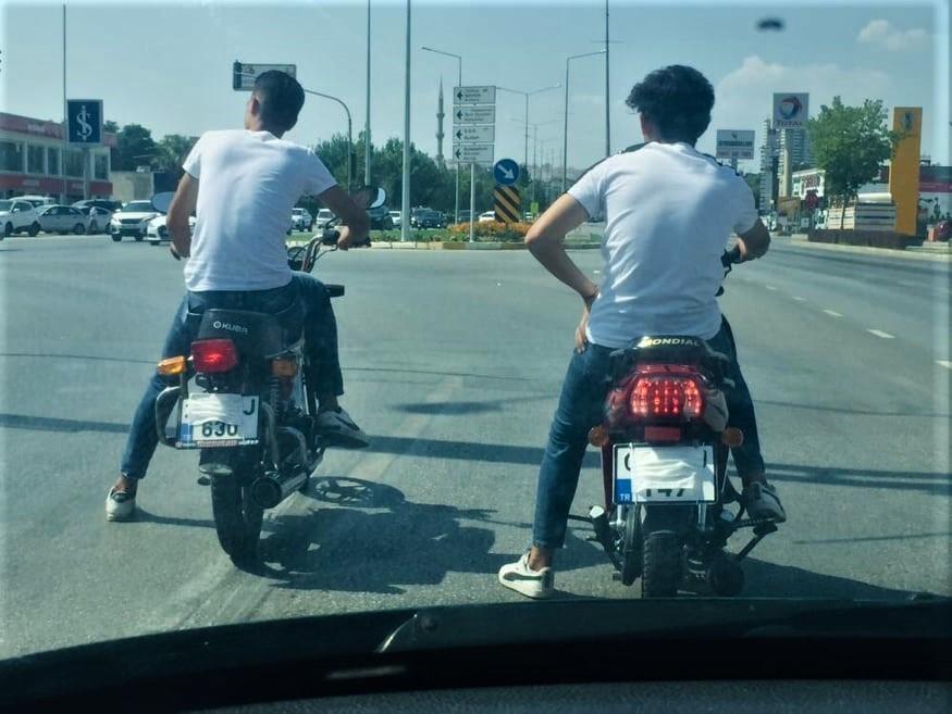 Motosikletli gençlerin maskeyi taktıkları yer pes dedirtti!