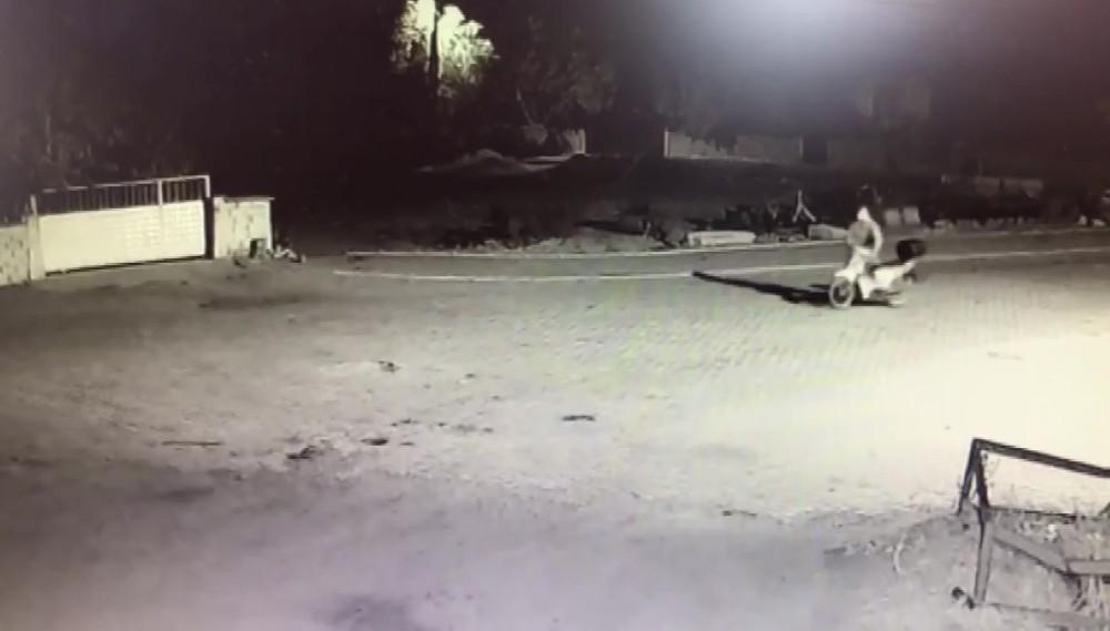 Araçları çalışmayınca ilk gördükleri evden motosiklet çaldılar