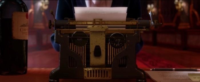 Screenshot: Totenkopf-Schreibmaschine und blutroter Wein sind Anton Egos Arbeitsgeräte.