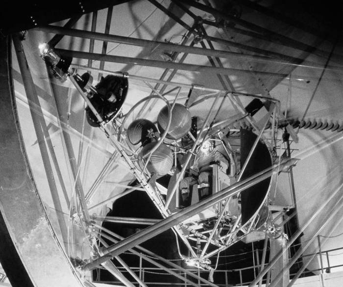 Bild: NASA, Multi-Axis Gimble Rig in AWT with Pilot,1959 URL: https://www.flickr.com/photos/nasacommons/9457837753