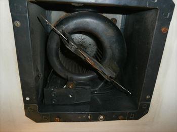 故障した換気扇本体