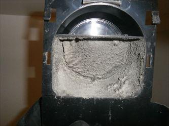 脱衣所側ダクト接続口の綿ホコリ